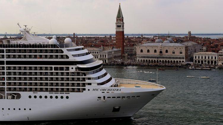 Les bateaux de croisière traversent la lagune de Venise depuis des années, suscitant la colère d'habitants et poussant l'Unesco à menacer d'inscrire la ville sur la liste du patrimoine mondial en péril. (MIGUEL MEDINA / AFP)