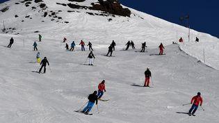 Des skieurs sur les pistes de la station des Menuires, dans les Alpes françaises, en février 2017. (JEAN-PIERRE CLATOT / AFP)