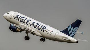 Un A319 d'Aigle Azur décolle de l'aéroport de Lille (Nord). (PHILIPPE HUGUEN / AFP)