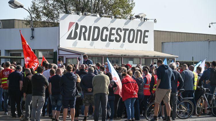 Des syndicalistes et des employés se rassemblent devant l'usine Bridgestone à Béthune, le 17 septembre 2020, après l'annonce de la fermeture du site (photo d'illustration). (DENIS CHARLET / AFP)