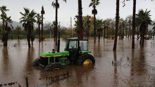 Un tracteur abandonné dans une zone inondée de Roquebrune-sur-Argens (Var), le 24 novembre 2019. (VALERY HACHE / AFP)
