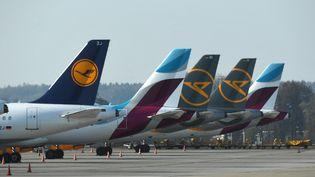 Des avions de la compagnieLufthansa, le 7 avril 2020, à Munich. (CHRISTOF STACHE / AFP)