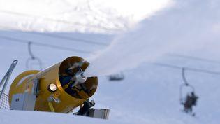 Un canon de neige dans la station des Val d'Isère (Savoie), le 21 décembre 2014. (PHILIPPE DESMAZES / AFP)