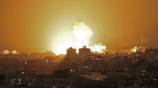 Des frappes israéliennes dans la bande de Gaza, le 10 mai 2021. (MAHMUD HAMS / AFP)