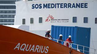 """L'""""Aquarius"""" et son équipage arrivent dans le port de Senglea, à Malte, le 15 août 2018. (MATTHEW MIRABELLI / AFP)"""