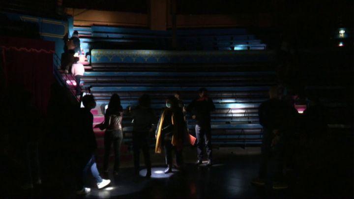Les visiteurs découvrent les gradins du cirque de Reims à la lueur de leur lampe de poche. (Raphaël Doumergue - France 3)