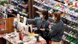 Dans une librairie de Bourg-en-Bresse (Ain), quelques heures avant l'entrée en vigueur du 2e confinement le 29 octobre 2020 (LAURENT THEVENOT / MAXPPP)