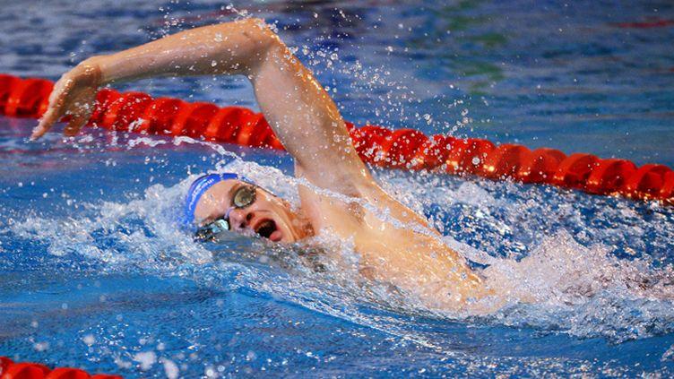 Yannick Agnel en plein effort lors de son record du monde du 400 m petit bassin à Angers, le 15 novembre 2012