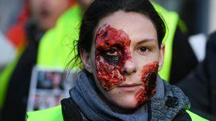 Une manifestante maquillée avec de fausses blessures, le 2 février 2019 à Morlaix (Finistère). (FRED TANNEAU / AFP)
