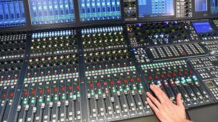 Un technicien radio sur ses consoles le 3 décembre 2019. (JENS KALAENE / DPA-ZENTRALBILD / AFP)