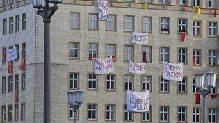 Des banderoles pour protester contre la vente de logements au privé, sur la Karl-Marx-Allee à Berlin, le 18 décembre 2018. (TOBIAS SCHWARZ / AFP)