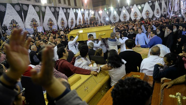 Les premières funérailles ont eu lieu, dimanche 9 avril, après les deux attentats commis en Egyptecontre des églises coptes. (MOHAMED ABD EL GHANY / REUTERS)