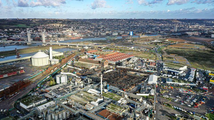 Une vue aérienne du site industriel de Rouen (Seine-Maritime), le 9 décembre 2019. (LOU BENOIST / AFP)