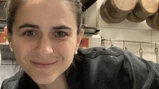 La cheffe Eugénie Béziat, dans ses cuisines à La Flibuste à Villeneuve-Loubet (Alpes-Maritimes). (BERNARD THOMASSON / RADIO FRANCE)