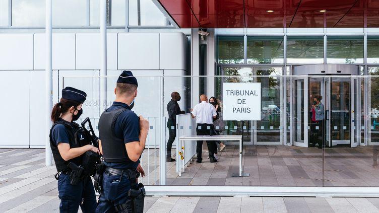 Devant le Tribunal de Grande Instance de Paris (TGI), où le procès des attentats de janvier 2015 a eu lieu, le 1er septembre 2020. Photo d'illustration. (MATHIEU MENARD / HANS LUCAS)