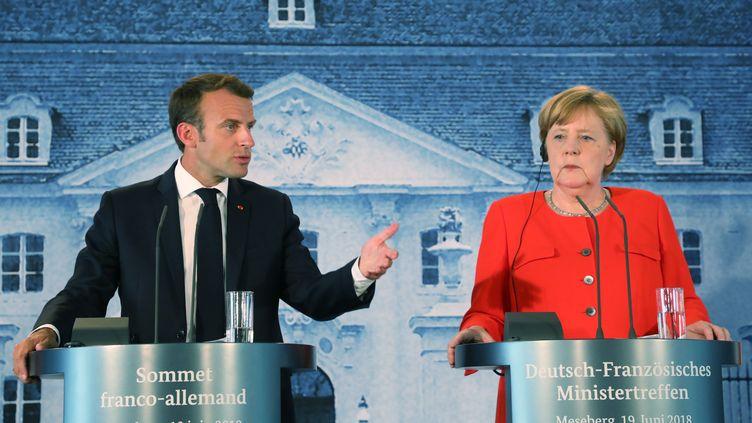 Emmanuel Macron et Angela Merkel lors d'une conférence de presse commune àMeseberg, en Allemagne, le 19 juin 2018. (LUDOVIC MARIN / AFP)