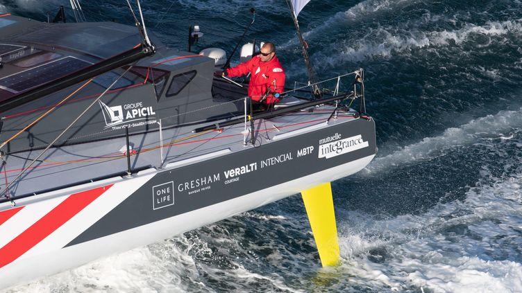 Damien Seguin, skipper du Vendée Globe 2020, sur son bateau au large des Sables d'Olonne le 8 novembre 2020. Photo d'illustration. (DAVID ADEMAS / MAXPPP)