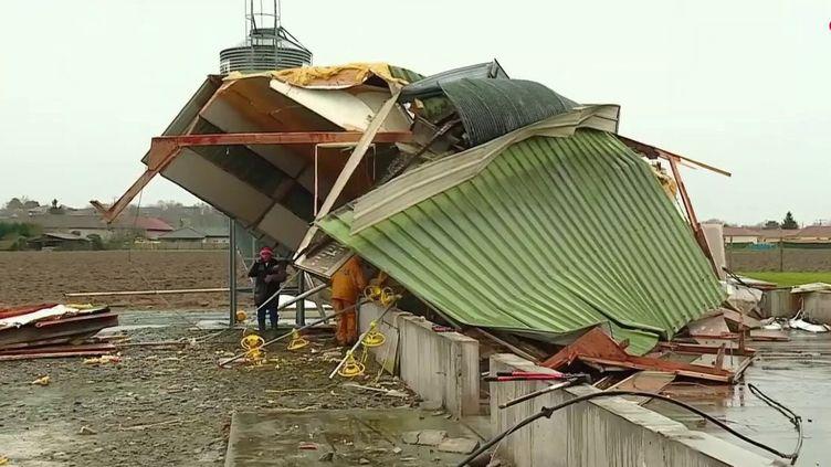 Météo-France a placé six départements du Sud-Ouest en alerte orange aux vents violents, soufflés par la tempête hivernale Myriam. Lundi 2 mars, c'est une autre tempête, Karine, qui a touché la région. À Orleix (Hautes-Pyrénées), une tornade a frappé 26 maisons et des exploitations agricoles. (FRANCE 2)