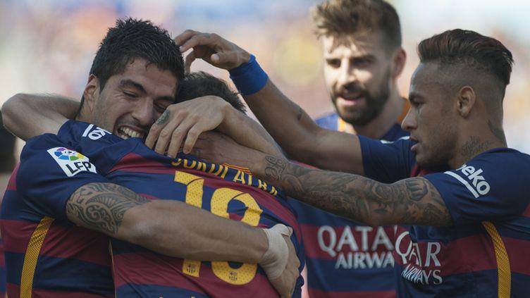 Luis Suarez féclicité par Jordi Alba, Gerard Piqué et Neymar (JORGE GUERRERO / AFP)