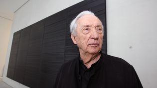 L'artiste peintre Pierre Soulages pose, le 07 décembre 2007 au musée Fabre de Montpellier. (PASCAL GUYOT / AFP)