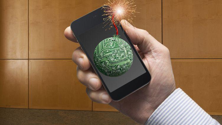Selon un rapport du fabriquant de logiciel Symantec,41% des Français utilisant des smartphones ont été victimes d'actes de cybercriminalité au cours des 12 derniers mois, contre seulement 29% en Europe et 38% dans le monde. (JOHN LUND / BLEND IMAGES / GETTY IMAGES)