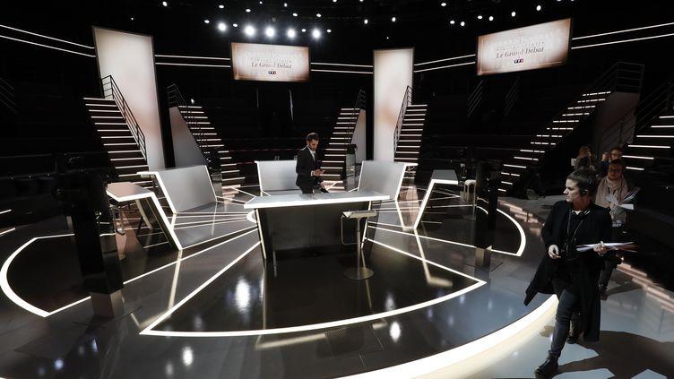 Le plateau du premier débat télévisé entre les candidats à l'élection présidentielle, le 20 mars 2017 àLa Plaine Saint-Denis (Seine-Saint-Denis). (PATRICK KOVARIK / AFP)