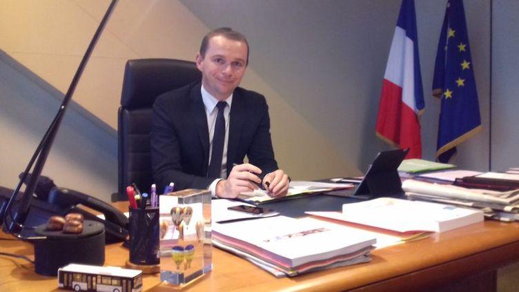 Olivier Dussopt à son bureau à Bercy. (FLORENCE GOTSCHAUX / RADIO FRANCE)