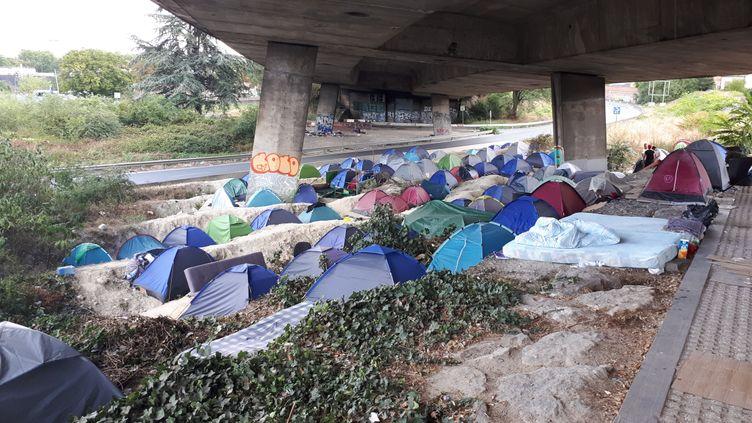 Le 18 août 2020, ils étaient environ 150 réfugiés à vivre dans ce camp de migrants, installé au pied du Stade de France en Seine-Saint-Denis et évacué depuis. (BENJAMIN MATHIEU / RADIO FRANCE)