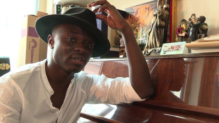 Céphaz, jeune chanteur prometteur de la scène française, est l'un des 12 finalistes de l'Eurovision France. (France Télévisions)