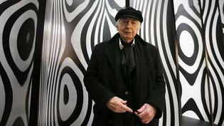 """Julio Le Parc devant son oeuvre """"Déplacement du spectateur"""" au Palais de Tokyo (25 février 2013)  (Pierre Verdy / AFP)"""