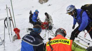 Des gendarmes de haute montagne et un médecin interviennent en montagne, en février 2017. (PHILIPPE DESMAZES / AFP)