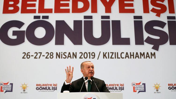 Le président turcRecep Tayyip Erdogan prononce un discours le 27 avril 2019 àKizilcahamam (Turquie). (TURKISH PRESIDENCY / CEM OKSUZ / / ANADOLU AGENCY / AFP)