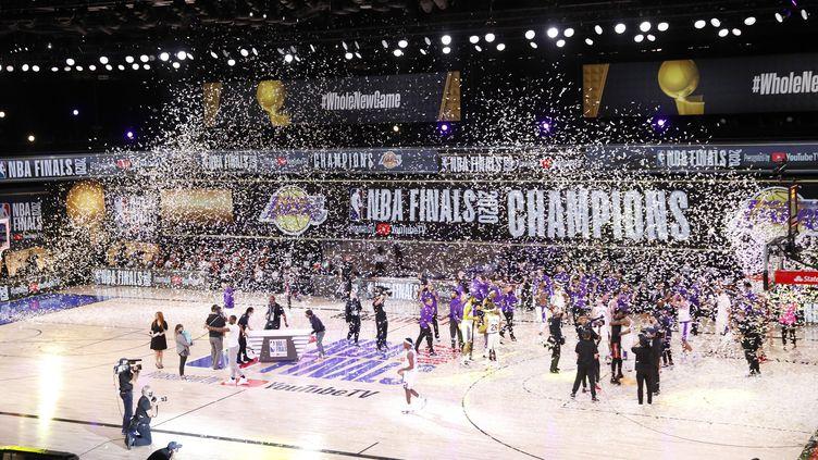 Les Los Angeles Lakers célèbrent leur victoire face aux joueurs du Miami Heat et deviennent les champions NBA 2020, à Kissimee (Floride),le 11 octobre 2020. (ERIK S. LESSER / EPA)