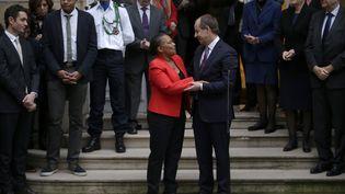 Christiane Taubira et le nouveau ministre de la Justice, Jean-Jacques Urvoas, durant la passation de pouvoir, le 27 janvier 2016, à Paris.  (KENZO TRIBOUILLARD / AFP)