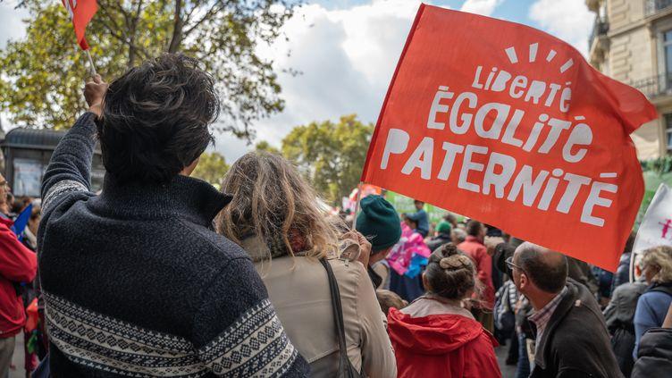 Des manifestants rassemblés avant le début de la mobilisation contre la PMA pour toutes,place Edmond-Rostand à Paris, le 6 octobre 2019. (WLADISLAS AULNER / HANS LUCAS / AFP)