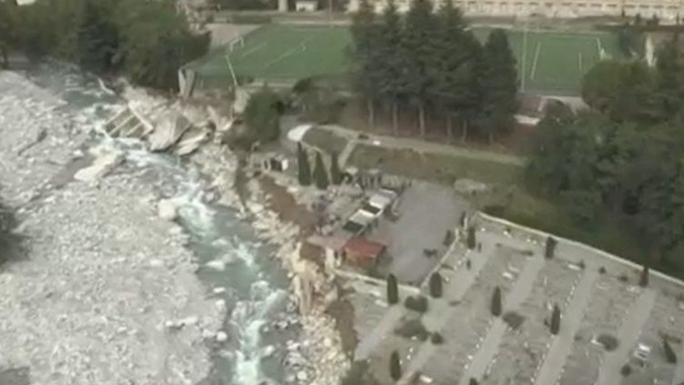 Il ne reste plus que des ruines. Des dizaines de tombes du cimetière de la vallée de la Roya ont été détruites à la suite du passage de la tempête Alex. (FRANCE 2)