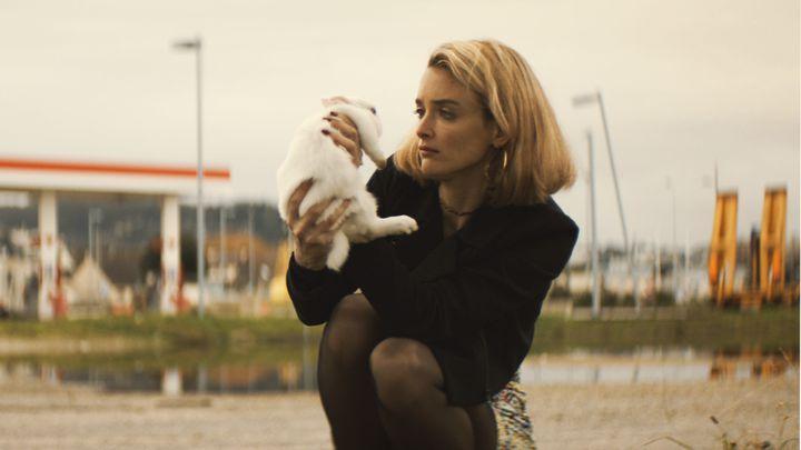 Lola (Charlotte Le Bon) a quitté Paris pour rejoindre son amant dans le Nord. (OCS)