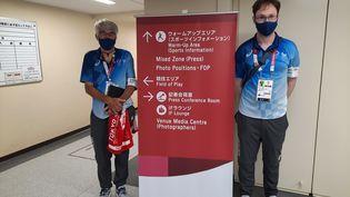 Frédéric (à gauche) et Aymeric (à droite), bénévoles français aux Jeux Olympiques de Tokyo (Japon). (FARIDA NOUAR / FRANCEINFO / RADIO FRANCE)