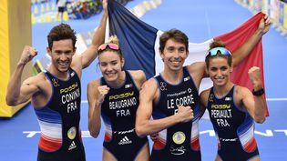 L'équipe de France composée de Dorian Coninx, Cassandre Beaugrand, Pierre Le Correet Leonie Periaultcélèbrent leur médaille d'or en relais mixte de triathlon, le 11 août 2018, à Glasgow en Ecosse. (ERIC LALMAND / BELGA MAG / AFP)