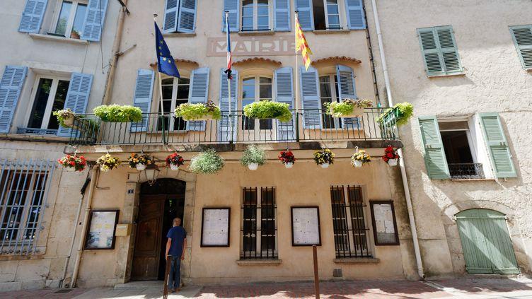 La devanture de la mairie de Signes (Var) au lendemain de la mort de Jean-Mathieu Michel, le maire de la commune. (DOMINIQUE LERICHE / MAXPPP)