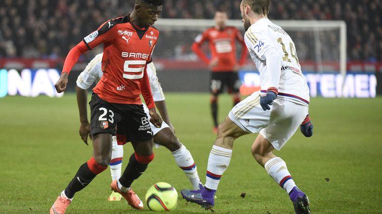 Ousmane Dembele (Rennes) face à Sergi Darder (Lyon) (DAMIEN MEYER / AFP)