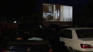 À Crest, dans la Drôme, certains ont trouvé le moyen de regarder un film sur grand écran en respectant les gestes barrières. (FRANCE 3)