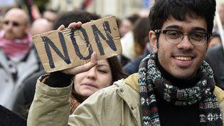 Un manifestant contre la loi Travail défile à Rennes, le 9 avril 2016. (DAMIEN MEYER / AFP)
