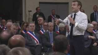Après Grand Bourgtheroulde (Eure) et Souillac (Lot), Emmanuel Macron croise à nouveau le fer avec des élus, jeudi 24 janvier à Valence, dans la Drôme. (FRANCE 2)
