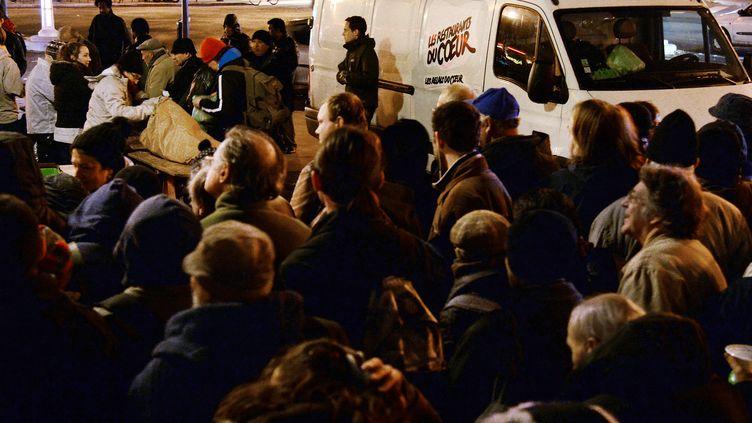 Distribution de repas chauds des Restos du cœur le 26 novembre 2013, place de la République à Paris. (PIERRE ANDRIEU / AFP)