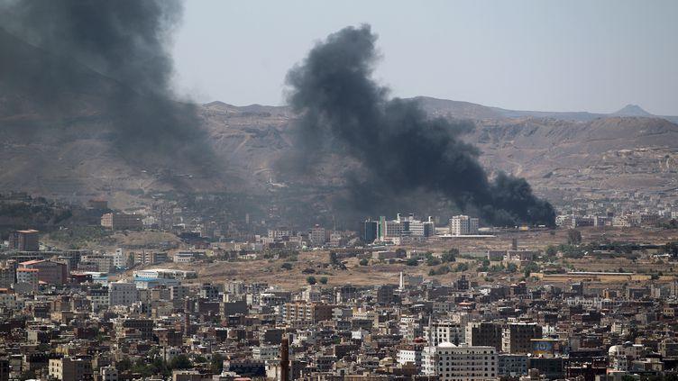 De la fumée s'élève près de la faculté de sciences et de technologie, à Sanaa (Yémen), où chiites et sunnites se livrent à des violents combats. (MOHAMMED HUWAIS / AFP)