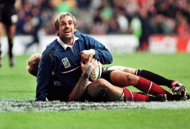 L'ancien ailier du XV de France Philippe Bernat-Salles face aux All Blacks en demi-finale de la Coupe du monde de rugby, le 31 octobre 1999 à Twickenham à Londres (Royaume-Uni). (PHOTOSPORT / AFP)