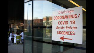 Une pancarte devant l'entrée de l'hôpital à Toulouse le 13 mars 2020. (Alain Pitton / NurPhoto / AFP)