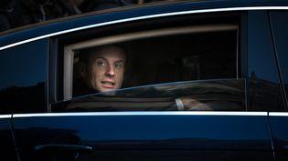 Emmanuel Macron dans la voiture présidentielle après une cérémonie commémorant les attentats du 13 novembre 2015, le 13 novembre 2017. (SIMON GUILLEMIN / AFP)