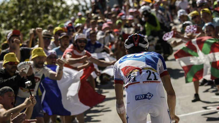 Thibaut Pinot fend la foule dans la montée de l'Alpe d'Huez (LIONEL BONAVENTURE / AFP)